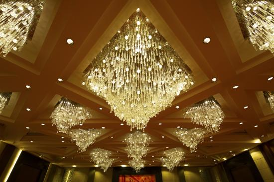 Grand Plaza Ballroom Chandeliers - Picture of Sofitel Philippine .